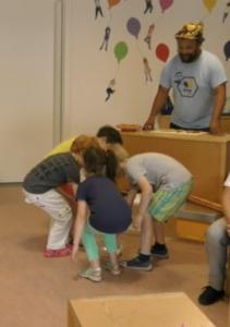 Kinder beim Pollensammelspiel